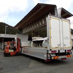 トラック登場、出荷されていく製品